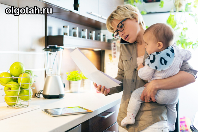 Мама на кухне с ребенком