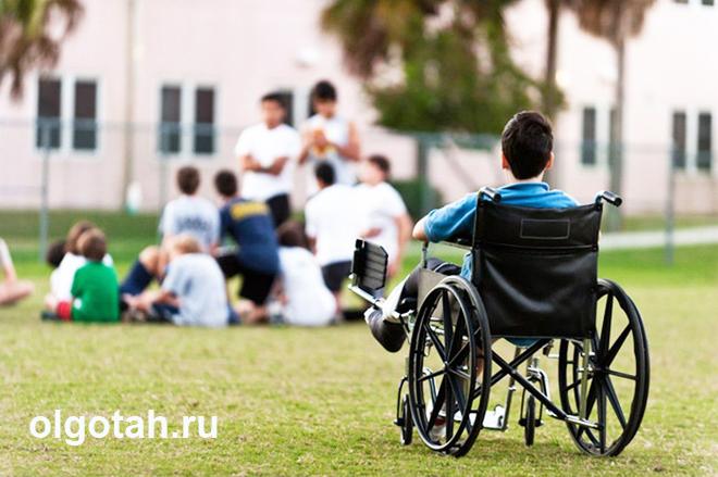 Человек в коляске смотрит на людей