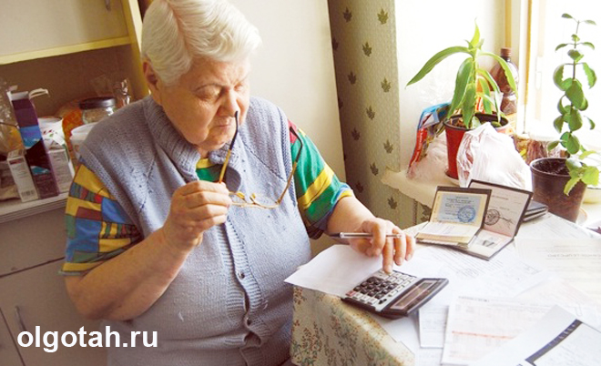 Бабушка считает на калькуляторе