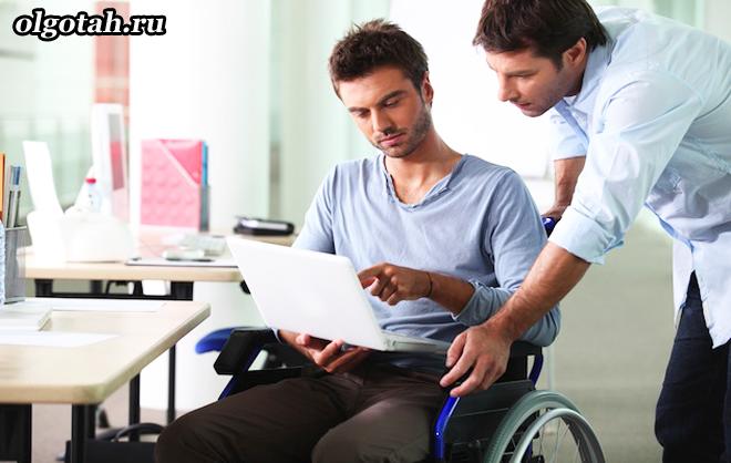 Мужчина в коляске изучает документы