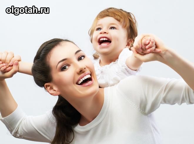 Ребенок у мамы на плечах