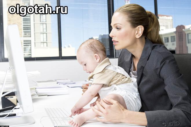 Мама за компьютером с ребенком