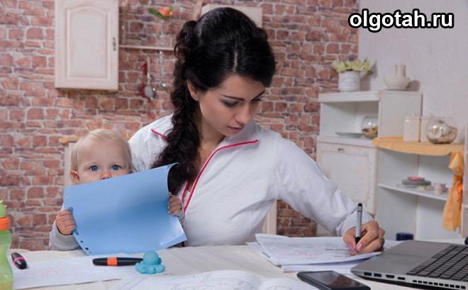 Мама за столом с ребенком