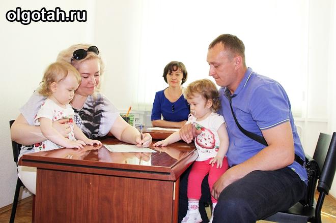 Семья сидит на приеме за столом