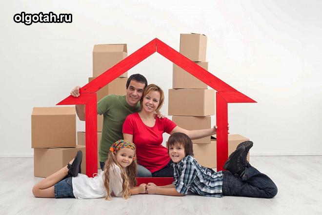 Семья сидит в импровизированном домике