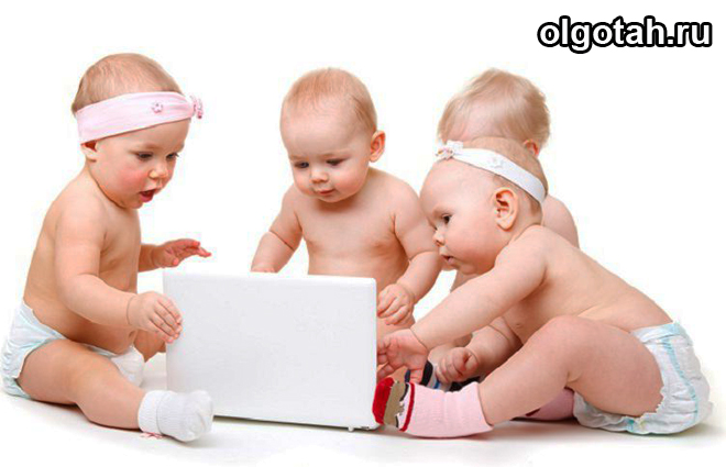 Грудные дети сидят за ноутбуком