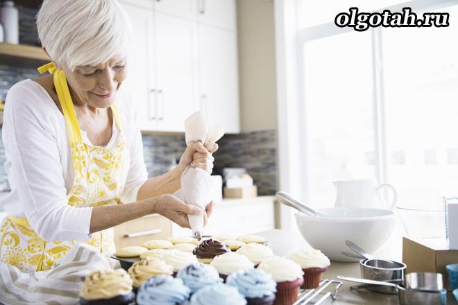 Пенсионерка готовит кондитерское изделие