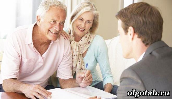 Пенсионеры разговаривают с мужчиной