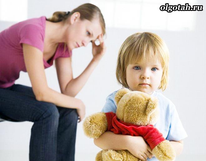 Расстроенная мама и ребенок с игрушкою