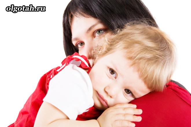Мама прижала ребенка к себе