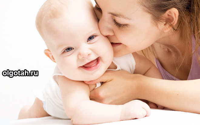 Мама целует маленького ребенка