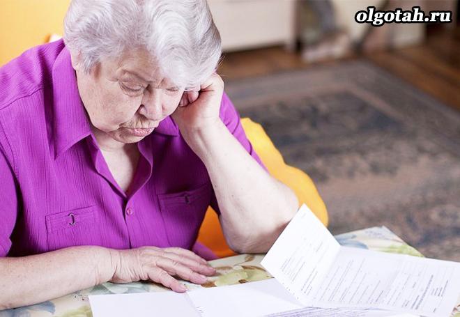 Пенсионерка изучает бумаги