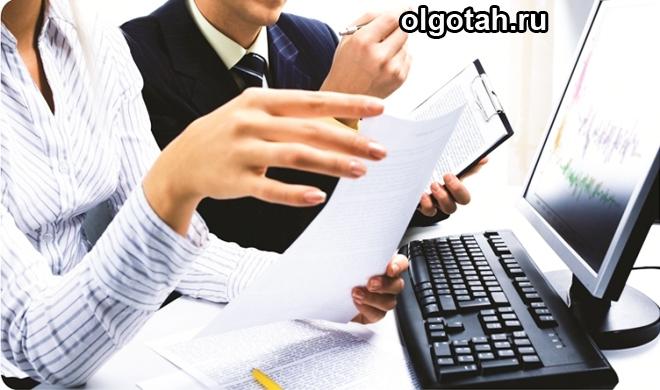 Мужчина и женщина за компьютером