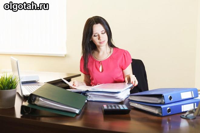 Женщина сидит за рабочим столом