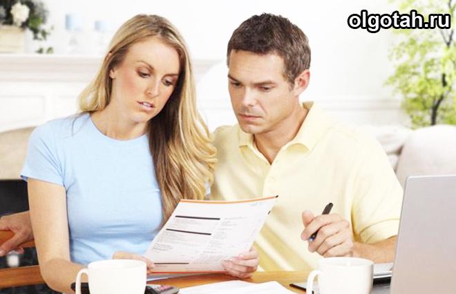 Женщина и мужчина читают вместе бумагу