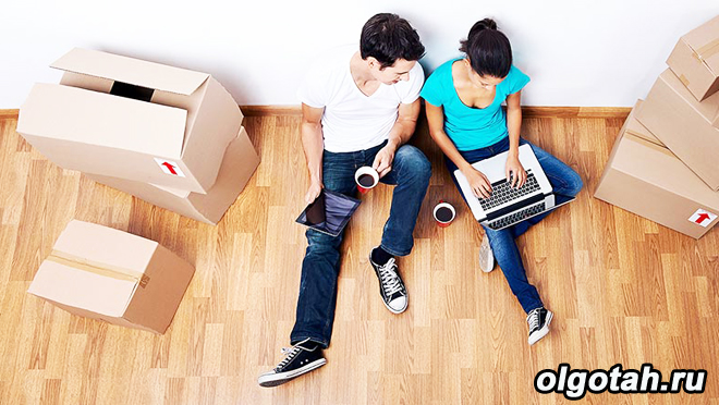 Молодая семья в пустой квартире, переезд