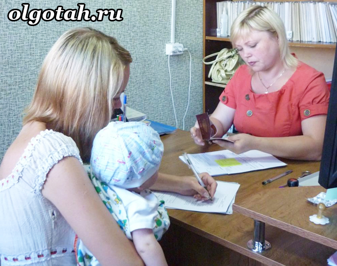 Мама с ребенком сидит на приеме у женщины