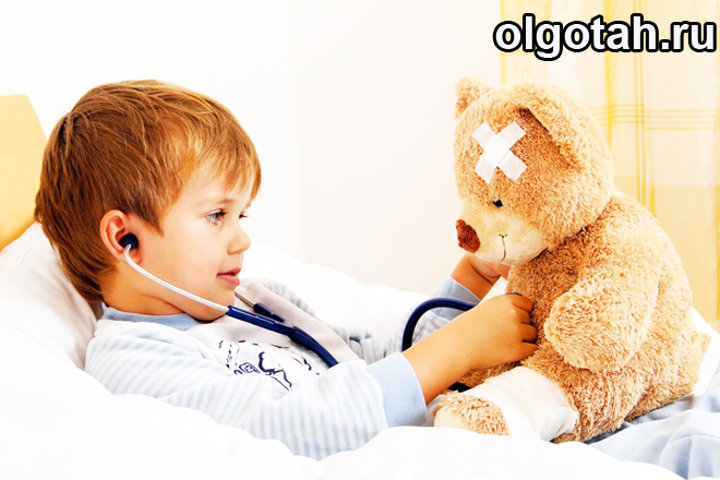 Ребенок с игрушечным мишкой