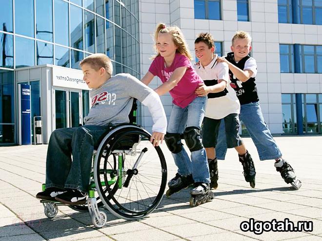 Ребенок-колясочник, катаются дети на роликах