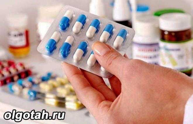 Человек держит бластер с таблетками