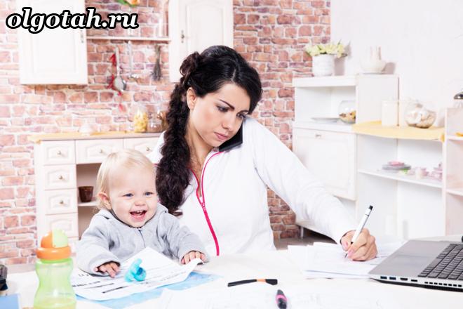 Мама и ребенок сидят за компьютерным столом