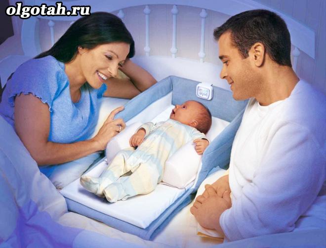 Мама с папой лежат рядом с грудничком