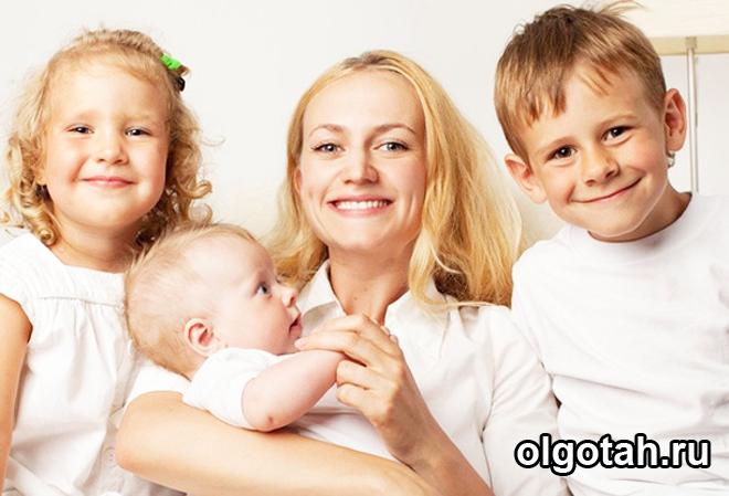 Три ребенка и их мама