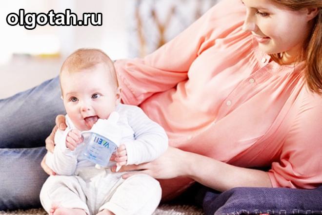 Мама лежит с маленьким грудным ребенком