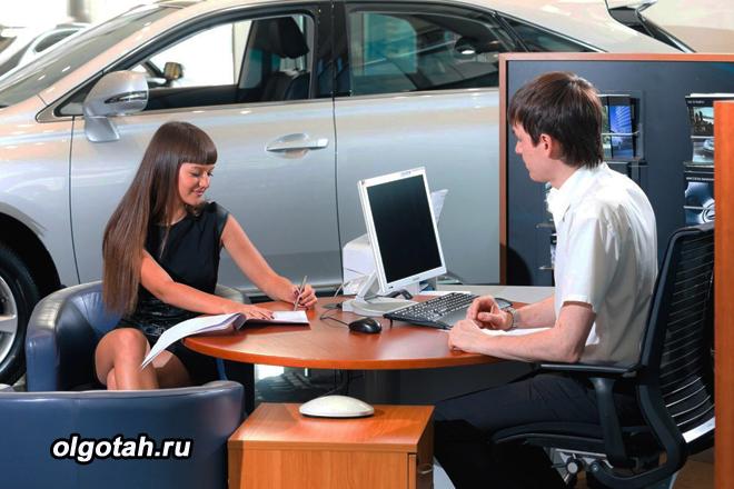 Девушка покупает автомобиль в автосалоне