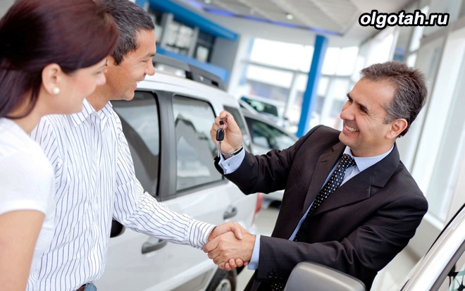 Семейная пара покупает автомобиль