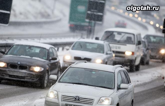 Поток машин в зимнее время