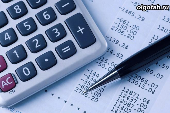 Калькулятор и цифры на бумаге