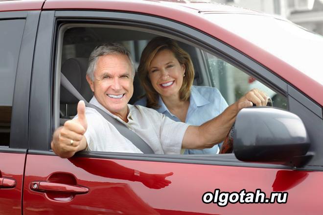 Довольные пенсионеры в красной машине
