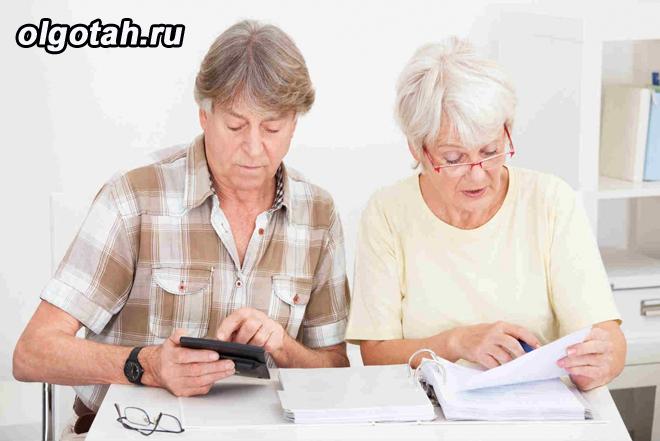 Пара пенсионеров ведут счет