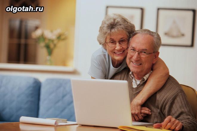 Семейная пара пенсионеров за ноутбуком