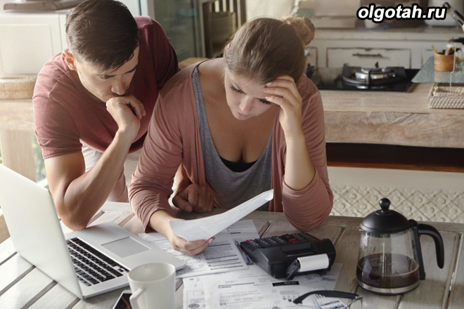 Мужчина и женщина разбираются вдумчиво в документах