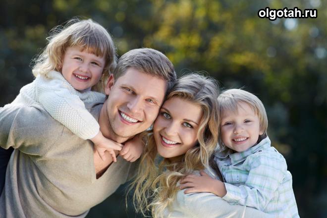 Счастливая семейная пара с двумя детьми