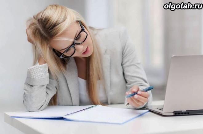 Девушка в очках заполняет бумаги