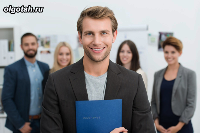 Улыбающийся мужчина с рабочим коллективом