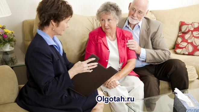Социальный работник дома у пожилой пары