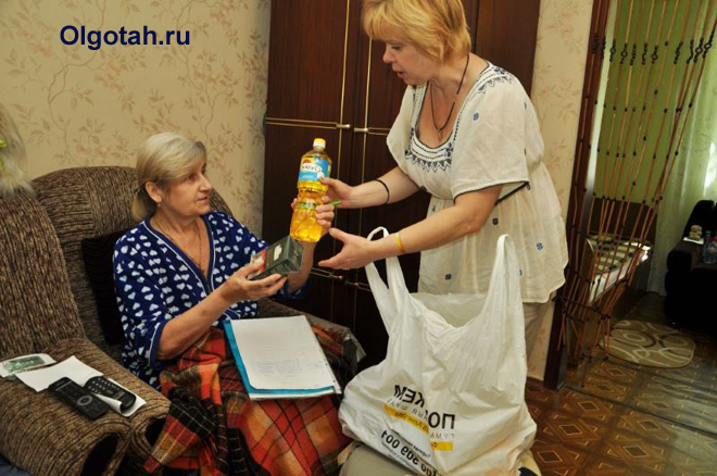 Социальный работник принес продукты пожилой женщине