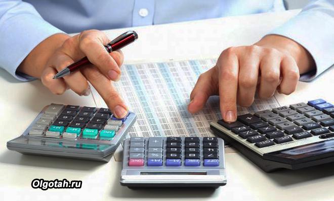 Бизнесмен считает на трех калькуляторах