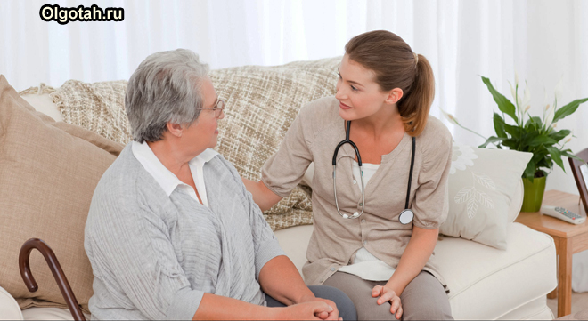 Медик общается с пенсионеркой