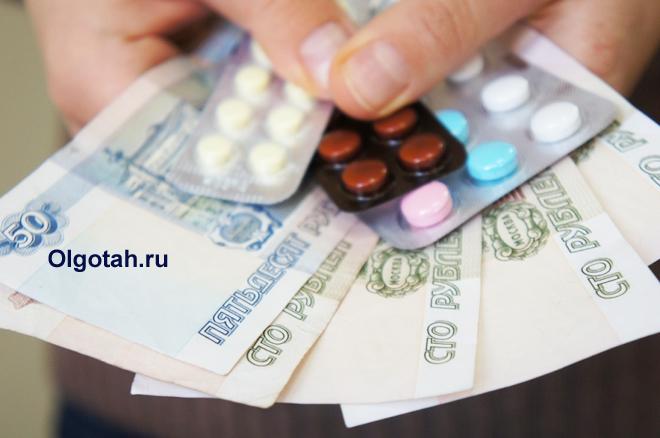 Таблетки в бластерах и деньги