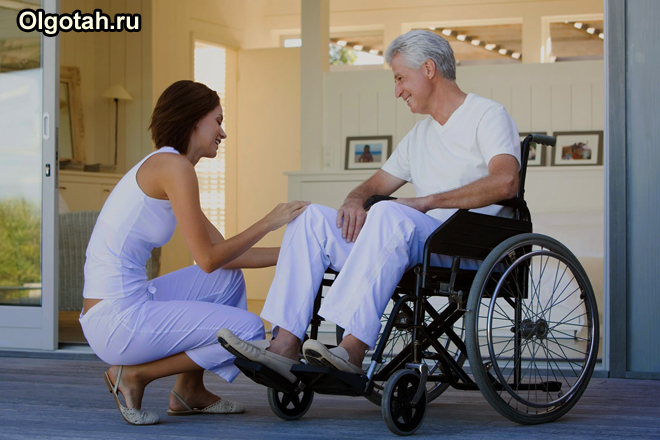 Девушка и мужчина в инвалидном кресле