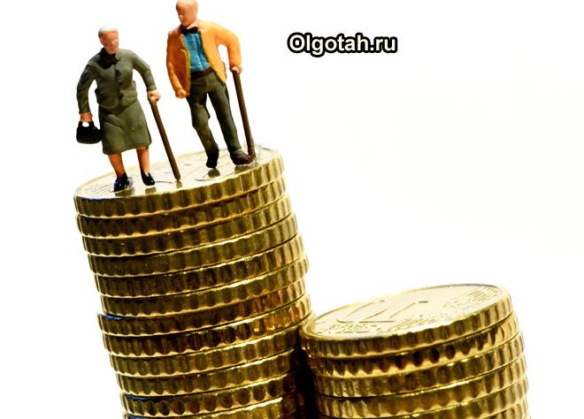 Стопка монет, на ней стоят фигурки пенсионеров с клюшками