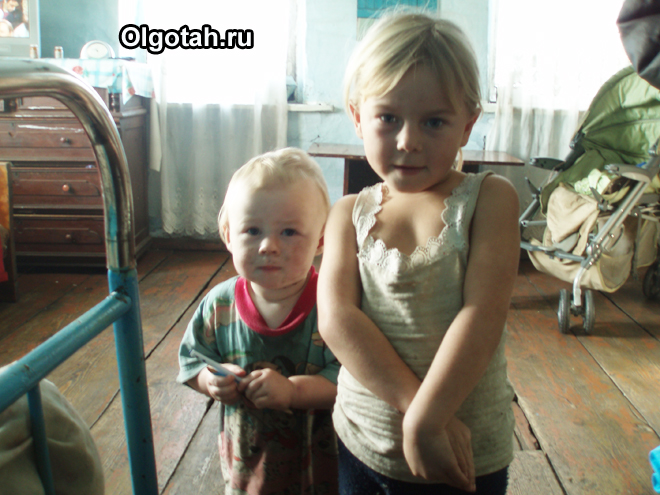 Мальчик и девочка в деревенской избе