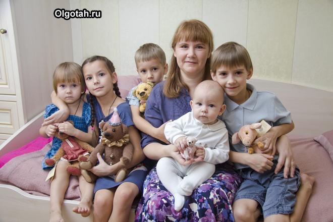 Многодетная мама со своими детьми