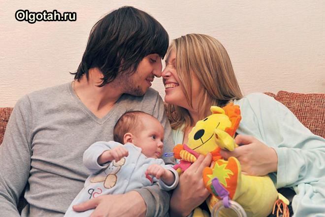 Счтасливая семейная пара с ребенком