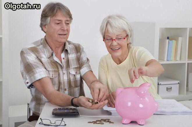 Пенсионеры откладывают сбережения в копилку